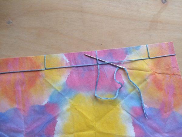 最後は2か所に糸を通し、できた輪に糸を通して結ぶ