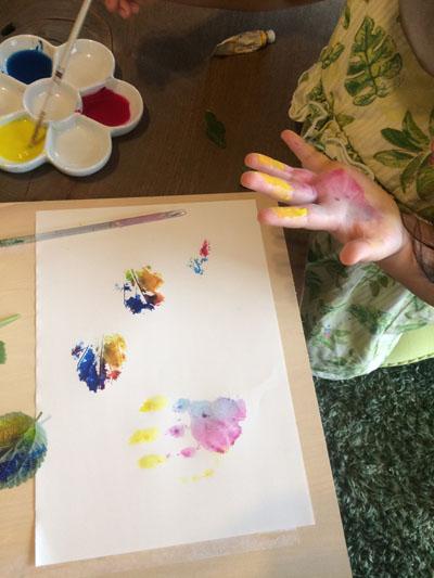 手のひらに絵の具を塗ってペタッ