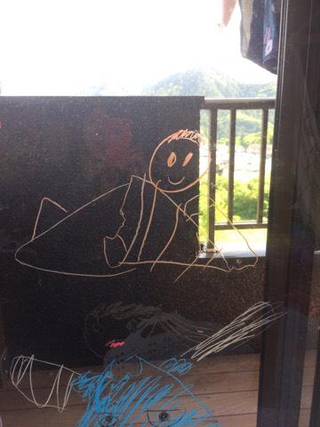 窓ガラスにキットパスで描いた