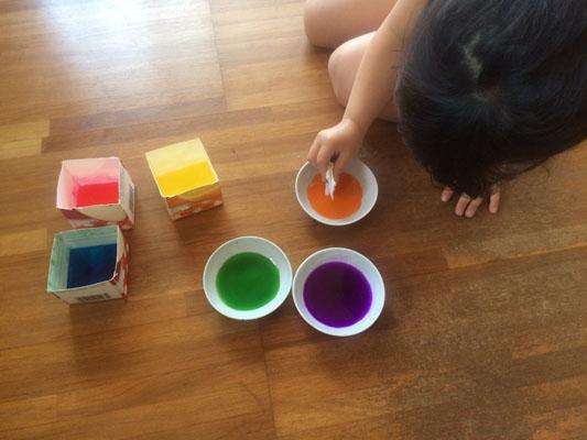 和紙を小さく折って色水につける
