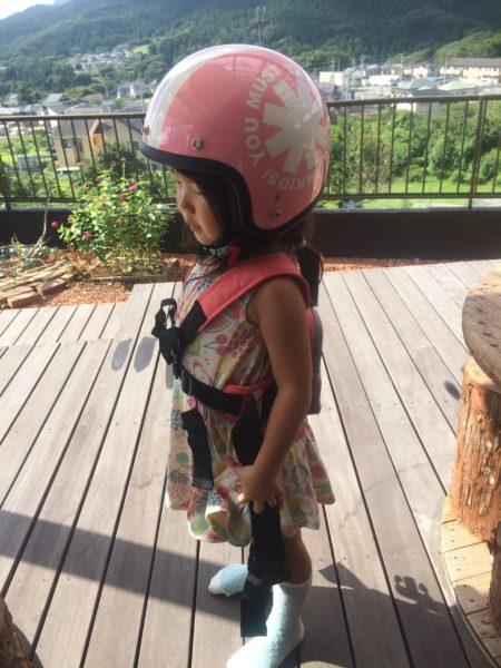 キッズヘルメットと『ラントベル タンデムベルト』の装着写真