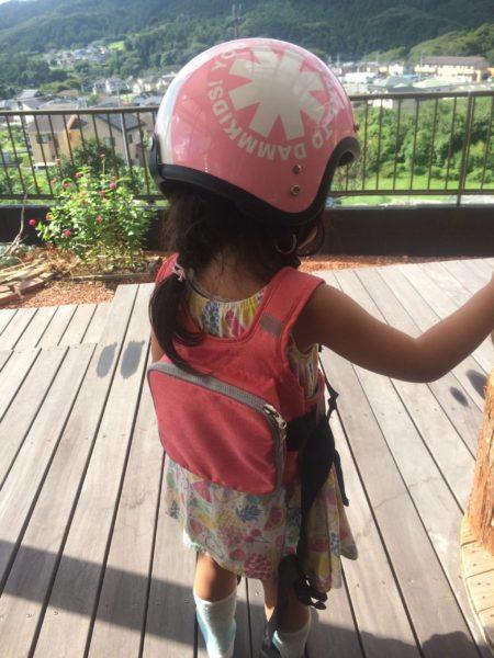 キッズヘルメットと『ラントベル タンデムベルト』の装着写真(後ろ)